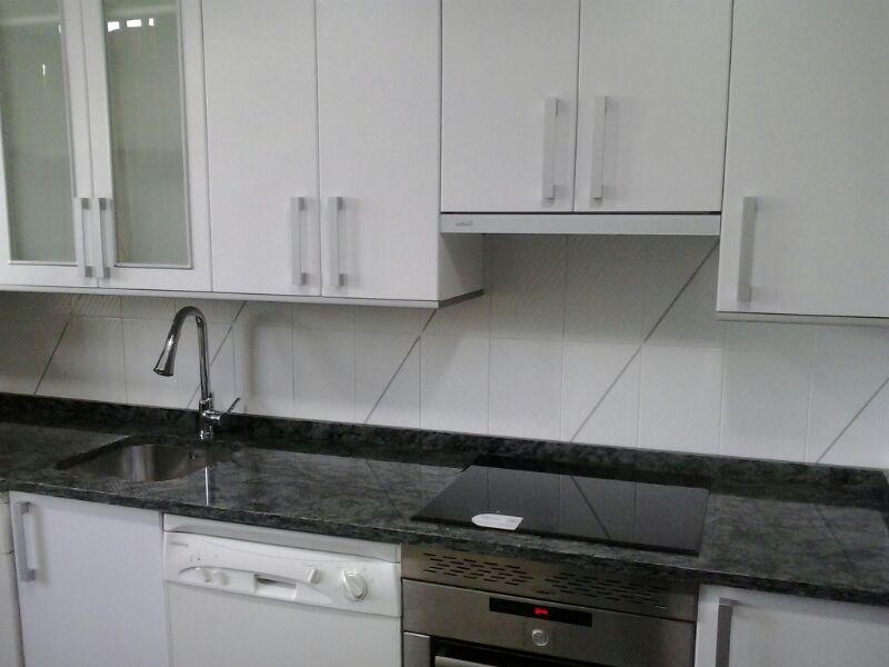 Laminado blanco mate remates gris aluminio encimera - Remates encimeras cocinas ...