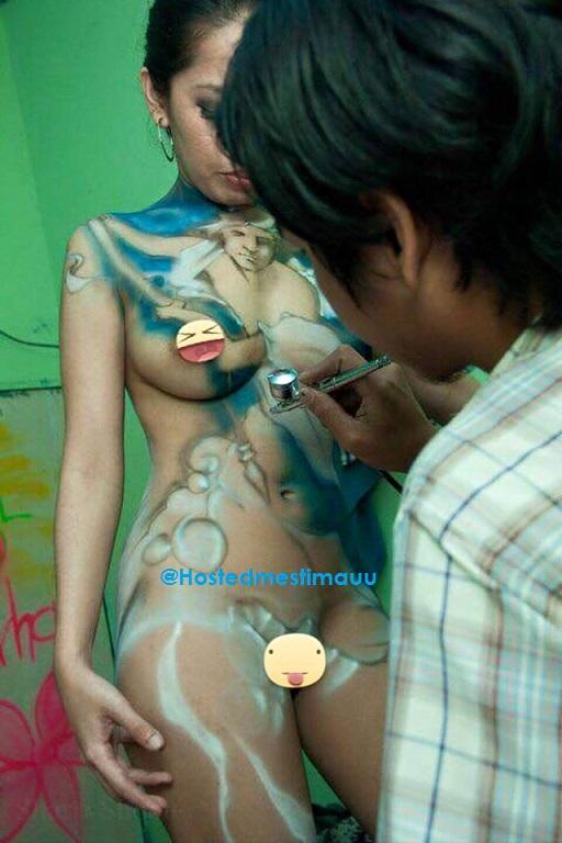 4 gambar bikin malu, gadis ini bangga lukis body paint sambil b