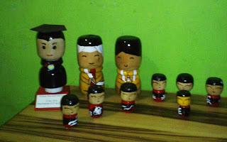 souvenir boneka bahan kayu