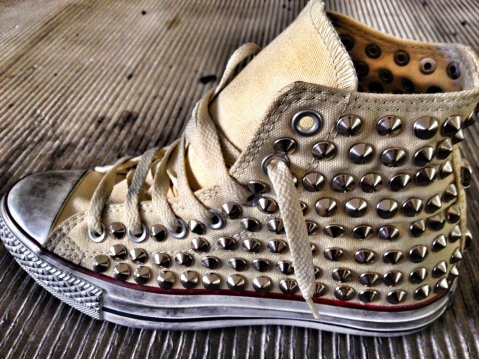 scarpe converse con borchie