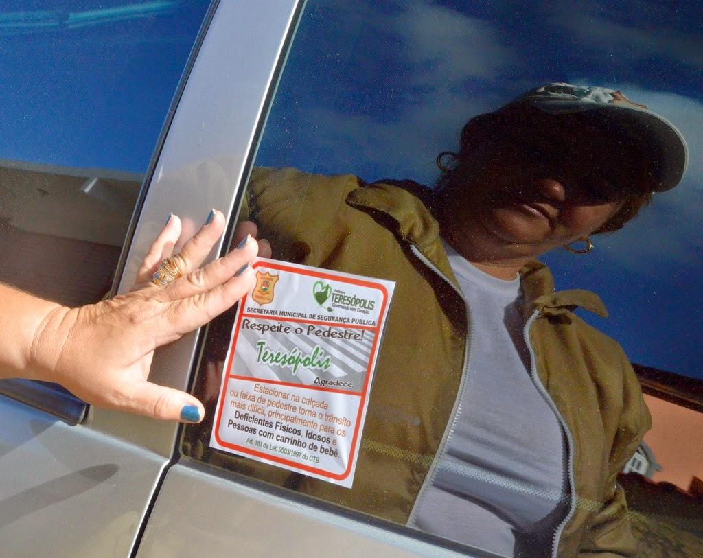 Adesivo cita o Código de Trânsito Brasileiro, que fala da forma como estacionar o veículo em vias públicas