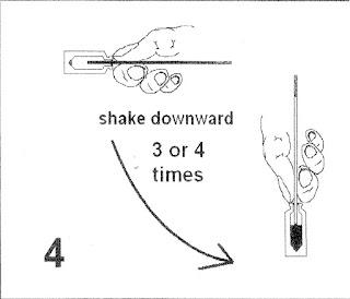 B4. Vẩy cho tinh từ cọng ra vào ống thuốc.