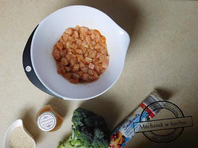 Rolada ciasto francuskie brokuł marynata pikantny kurczak przyprawa przekąska przyjęcie urodzinowe przepis