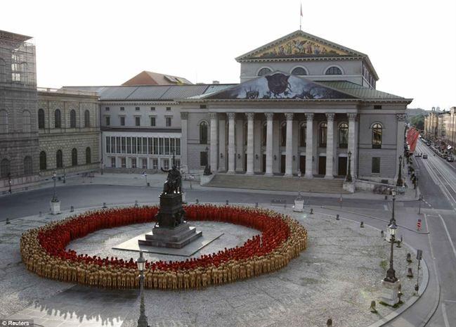 Bodoh : 1,700 Orang Sukarela Bogel Untuk Artis Di Jerman