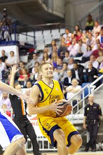 El escolta del Gran Canaria Michael Bramos sujeta el balón - ACB PHOTO