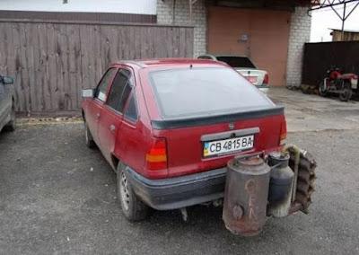 Στην Ουκρανία μετατρέπουν τους κινητήρες των αυτοκινήτων ώστε να κινούνται με την καύση ξύλων
