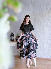 ชุดเซ็ตแฟชั่น เสื้อสีดำแต่งคอริบบิ้น คู่กับกระโปรงผ้าซาร่าพริ้วสวย