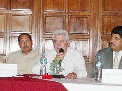 3). GL.Conrado dirigiéndo unas palabras al público que asistió a la presentación del libro.