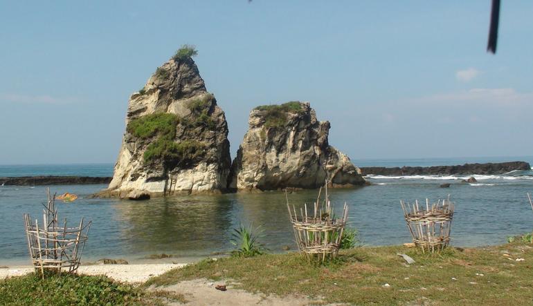 untuk mengunjungi berbagai atraksi seperti pantai Pantai Sawarna