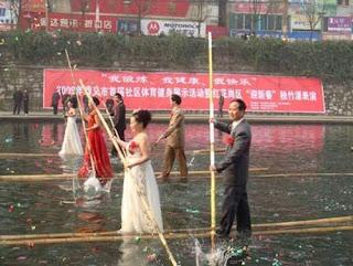 Pernikahan unik dengan naik getek bambu