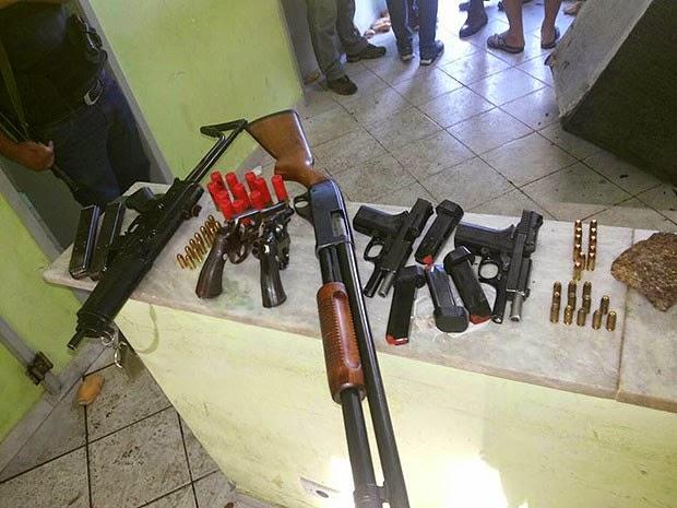 Presos que não conseguiram escapar, invadiram o setor administrativo da delegacia e pegaram armas de fogo que estavam guardadas, entre elas uma submetralhadora, uma espingarda calibre 12. Todas foram recapturadas pela polícia. (Foto: Marcello Dial/ Voz da Bahia)