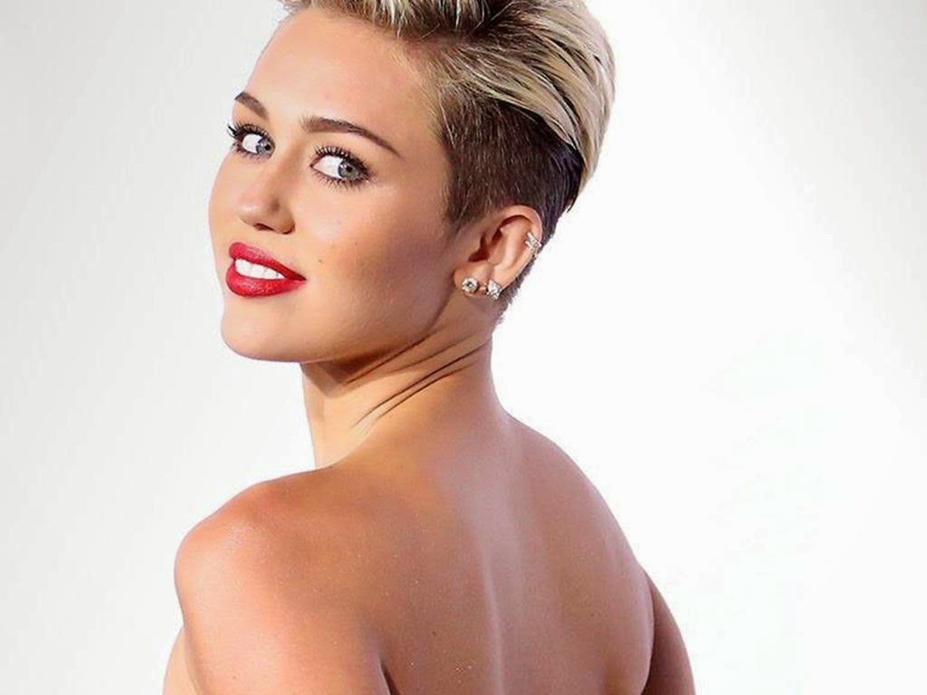 Bold Miley Cyrus Smiling Wallpaper