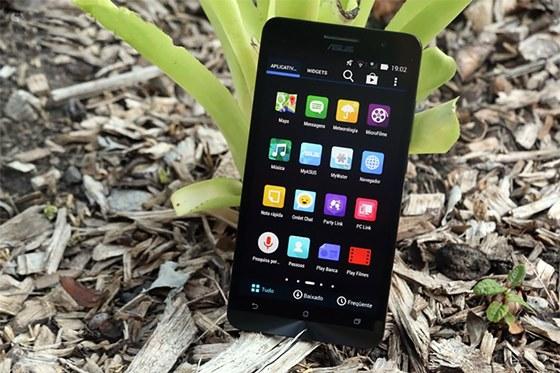 Na parte frontal, o Zenfone tem uma câmera 2 megapixels para selfies e videochamadas via Skype e outros apps