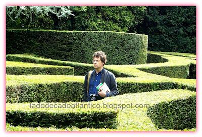 Imagem do labirinto de topiaria dos jardins do Museu David e Alice van Buuren, Bruxelas, Bélgica.