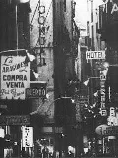 Perspectiva del carrer de la Boqueria i múltiples cartells