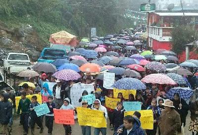 Protesta en Zongolica exigiendo aclarar los crímenes del subagente y su hijo