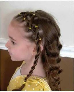 Gaya rambut panjang bergelombang imut untuk anak perempuan