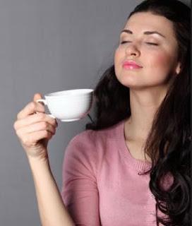 Woman-drinking-coffee - القهوة والدسم تقللان من فرص الإنجاب لدى المرأة - امرأة تشرب قهوة