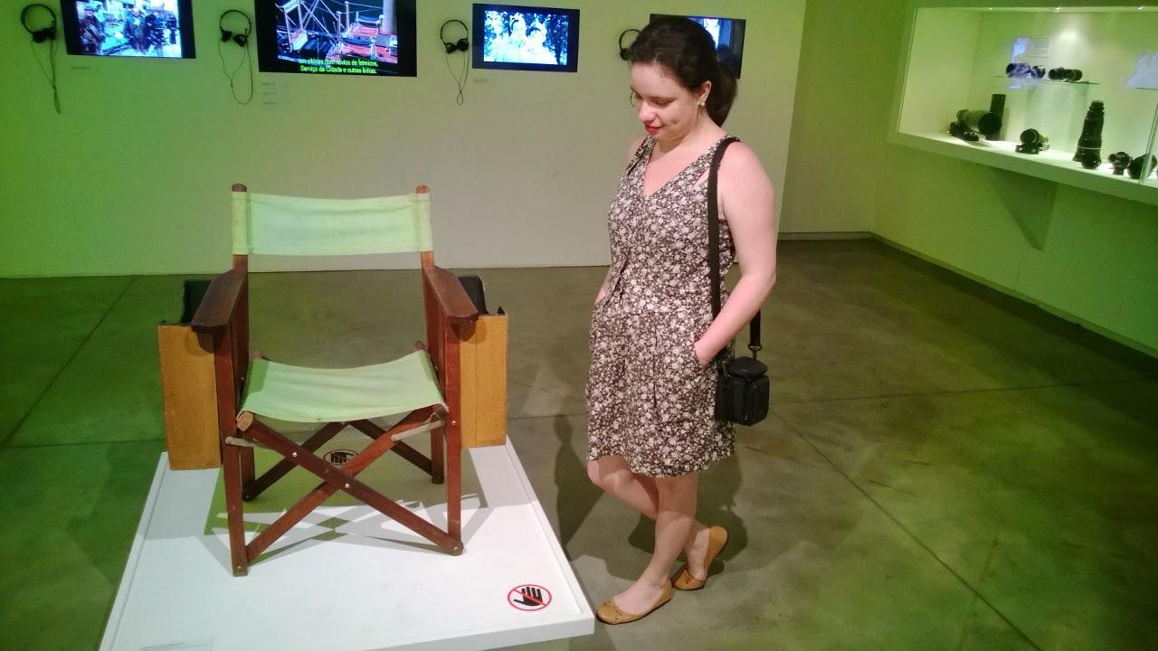 Carina Pedro observando a cadeira do diretor - Stanley Kubrick - MIS - SP