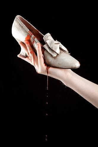¡Sin salida! (Lady Morrigan) Cinderella+bloody+shoe