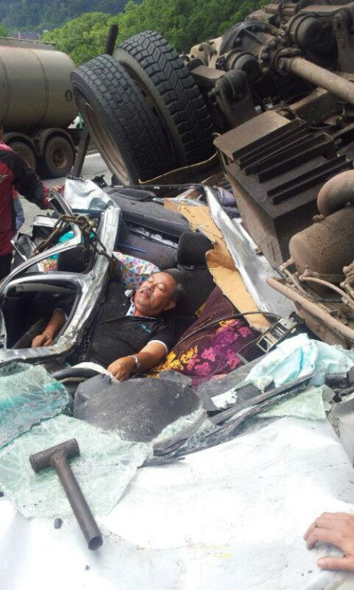 [Gambar & Video] Lori Terbabas & Menghempap Kereta Di Karak