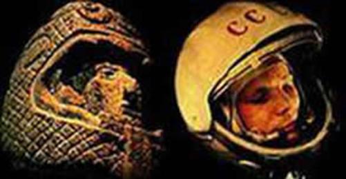 Escultura precolombina que muestra un hombre de facciones no indígenas con un casco espacial. A la derecha una imagen de un astronauta del programa espacial soviético.