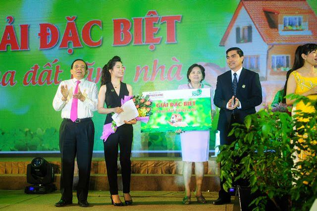 khách hàng trúng thưởng tại ngày hội Eco Town 18-12