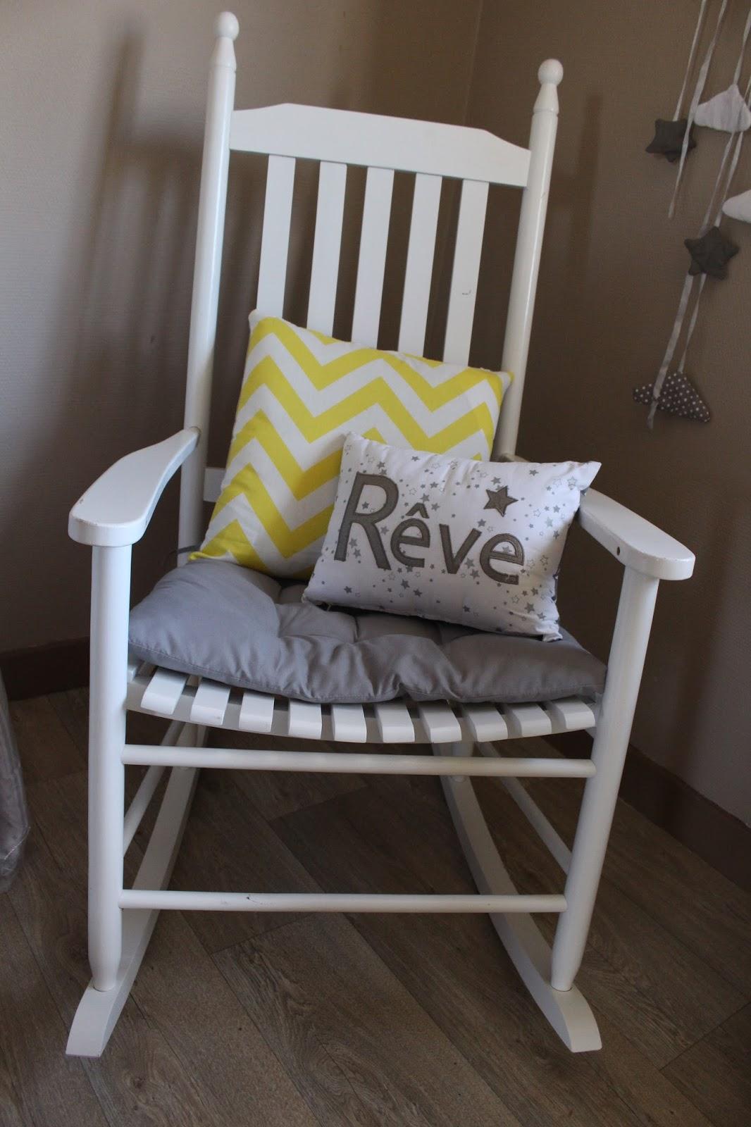 free housse coussin jauneblanc maisons du monde uac coussin de remplissage uac with maison du. Black Bedroom Furniture Sets. Home Design Ideas