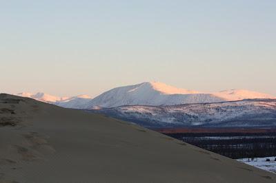 Indahnya Gurun Pasir Diantara Pegunungan Salju [ www.BlogApaAja.com ]