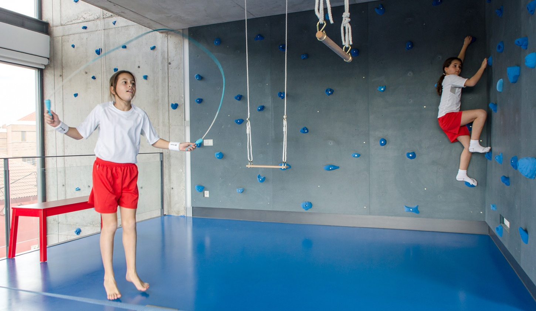 Parete di arrampicata e palestra per bambini by playoffice for Palestra in casa
