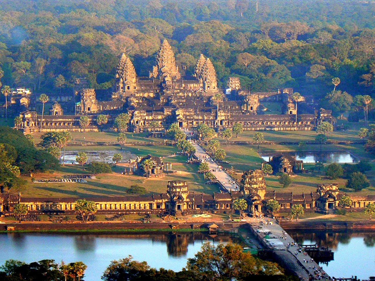Templo central de Angkor Wat. O que fez os habitantes abandonarem intacta uma cidade opulenta?