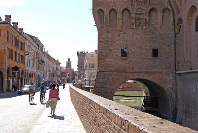 Castello-Estense-y-piazza-Cattedrale-Ferrara-Italia