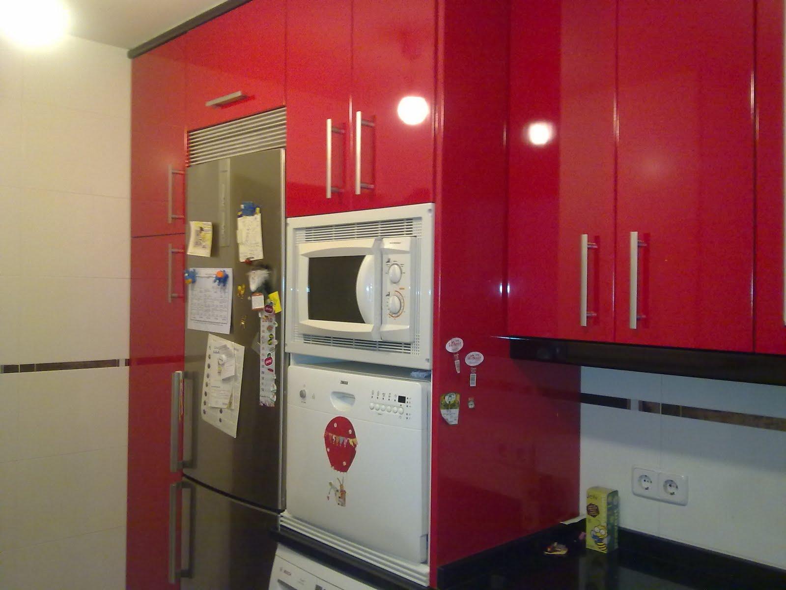 Laminado brillo rojo ferrari encimera granito negro for Muebles de cocina sueltos