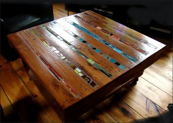 mesa creada con un palets y mosaico cerámico