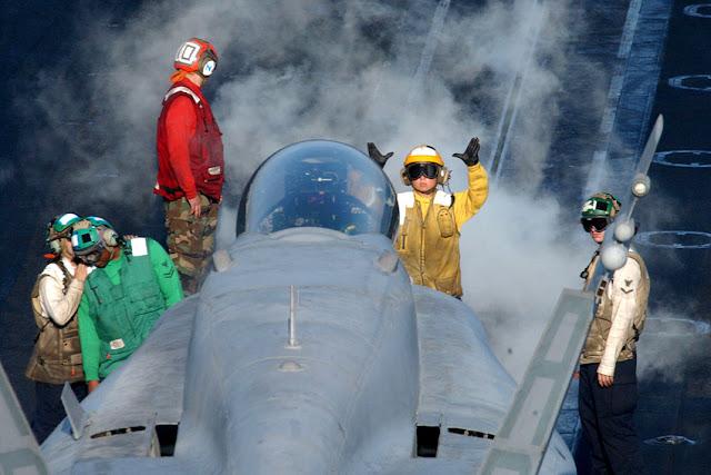 Porta-aviões (M570 - 43PM/2011)  U.S.-Navy-photo-by-Chief-Photographer%2527s-Mate-Johnny-Bivera
