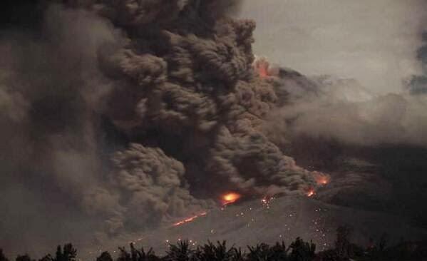Gunung Sinabung Muntahkan Abu dan Lahar Panas