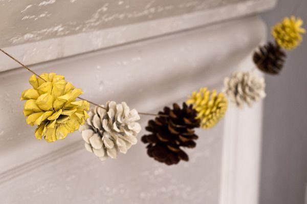 cordão de enfeite natalino com pinhas