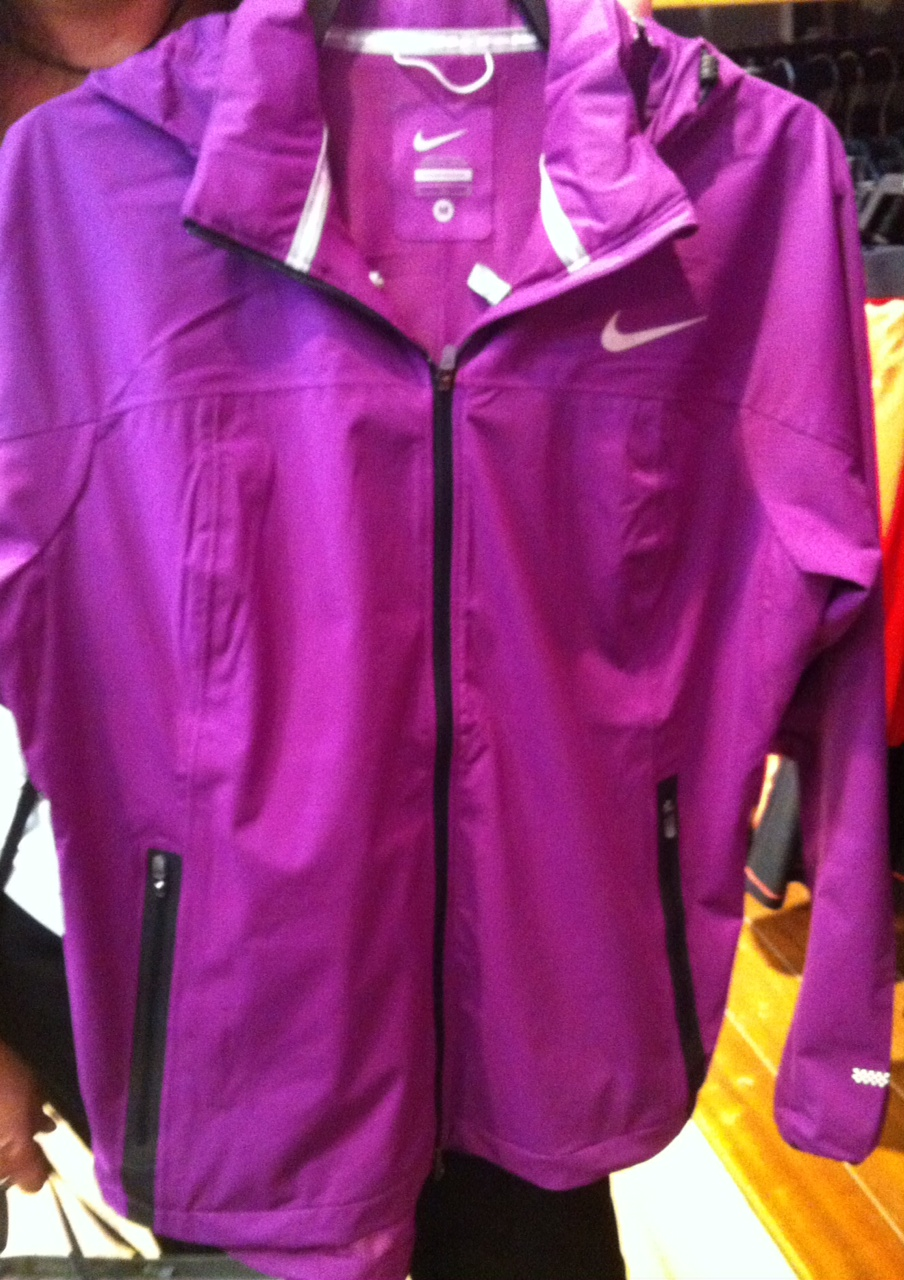 336d0dd52c Na Netshoes há blusas de todas as marcas - faixa de preço de R  100 a R   300. A mais cara é a da Nike Drifit Knit. Vale pesquisar. Bons treinos.