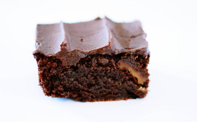 """Bolo fudge de chocolate com nozes """"bolo tipo brownie de chocolate"""""""