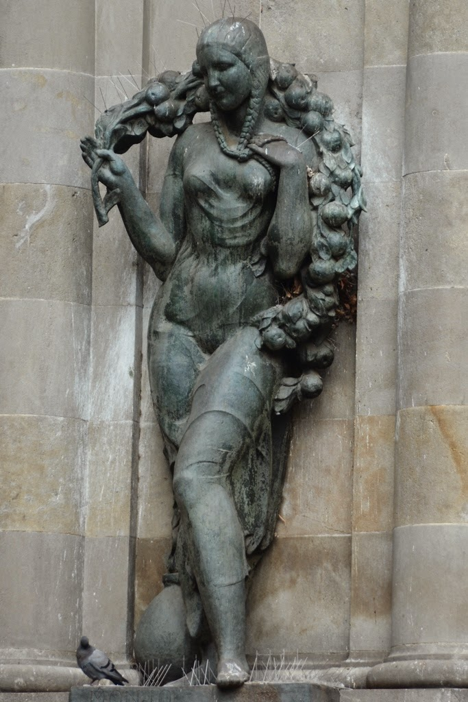 Plaza Catalunya Barcelona statue