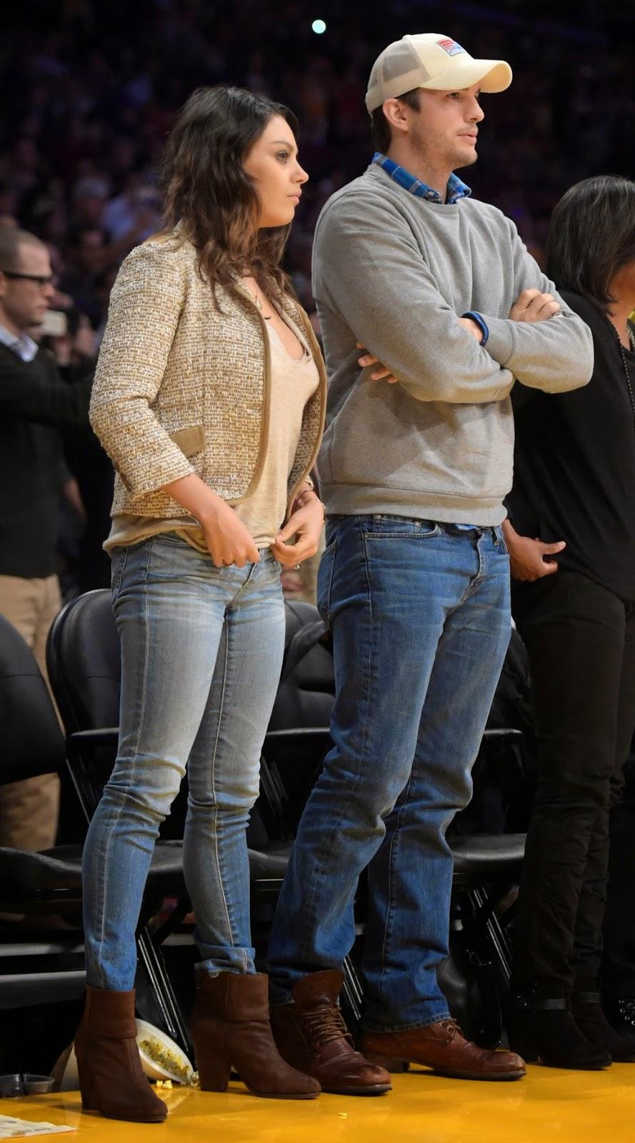 ميلا كونيس وأشتون كوتشر خلال حضور مباراة كرة سلة في لوس انجلوس