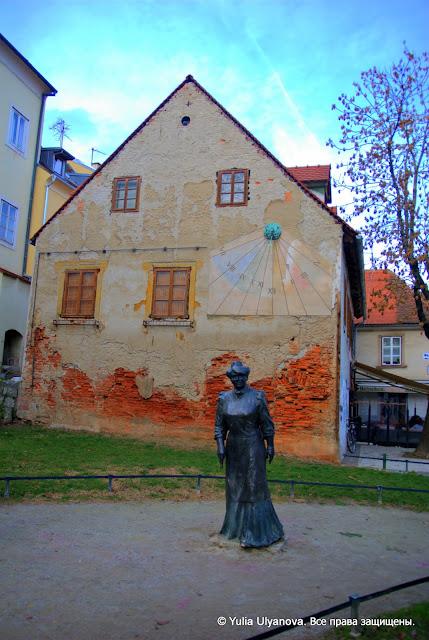 Пешеходная улица в Загребе, скульптура идущей леди