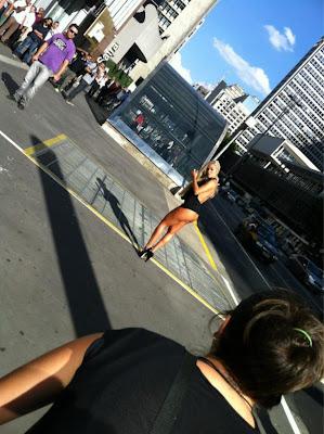 Na Rede Foto De Aryane Steinkopf Seios Mostra No Meio Da Rua