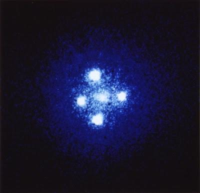 Cruz de Einstein, fotografiada por el Telescopio Espacial Hubble