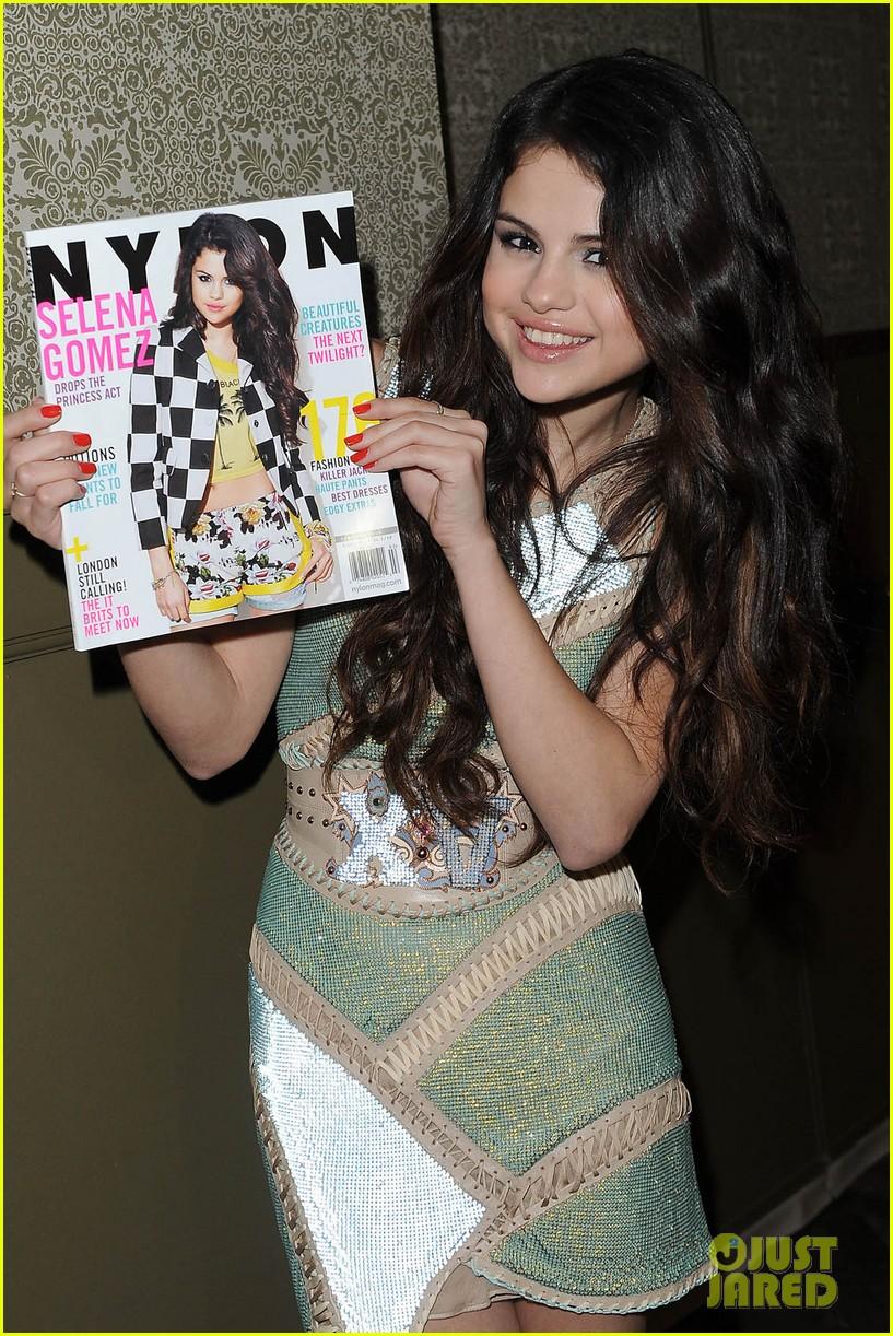 Selena gomez en la fiesta para su portada de nylon 29 de enero