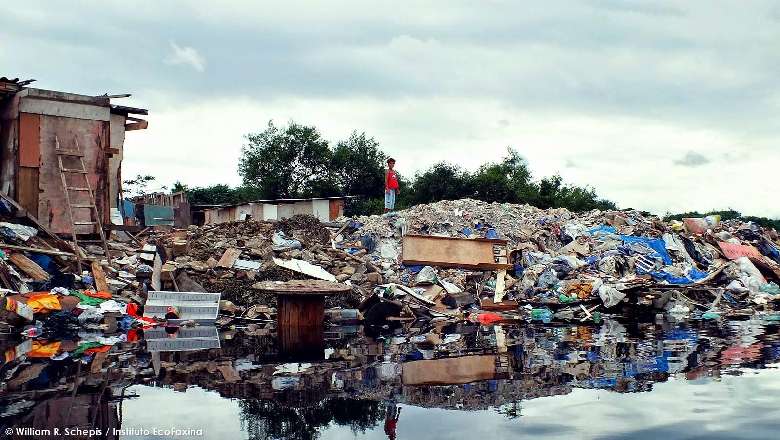 Famílias usam o lixo e entulho para aterrar o manguezal na margem do rio dos Bugres, próximo ao lixão Sambaiatuba, na divisa dos municípios de Santos e São Vicente. Foto: William R. Schepis / Instituto EcoFaxina