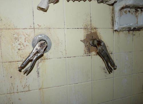 Bricolage à la sauvage dans une douche ignoble! Réparation à la pince des robinet, rigolo non?
