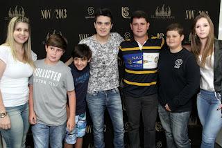 Prefeito Arlei e família posam ao lado do cantor Luan Santana
