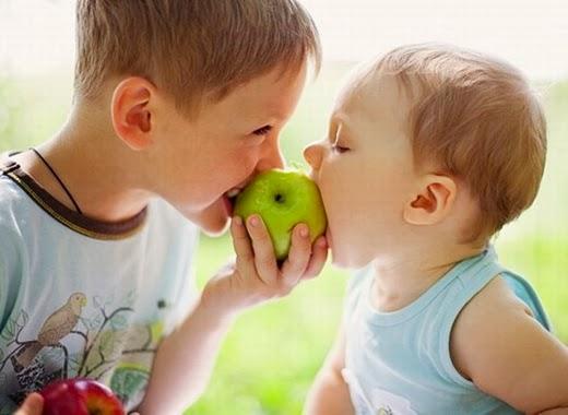 niño fruta manzana