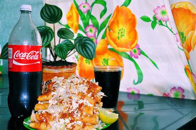 Enchiladas rojas con pechuga deshebrada y coca cola bien fría (Comida Mexicana)